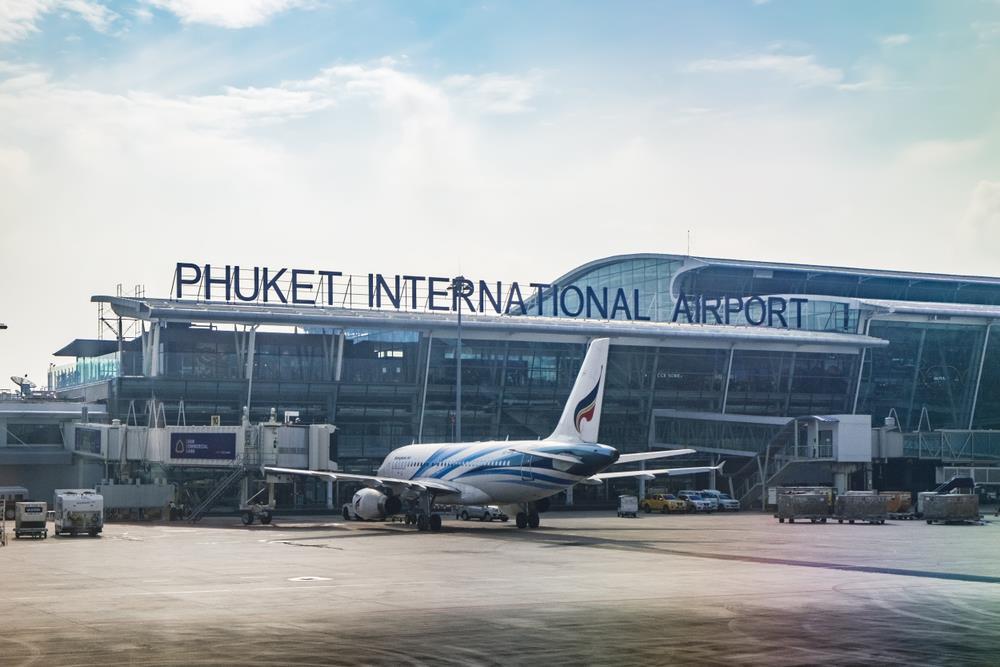 Do không có chuyến bay thẳng từ Việt Nam tới Koh Phi Phi, du khách sẽ phải đến Phuket hoặc Krabi để đi tàu ra đảo. Giá vé máy bay khứ hồi trong dịp tháng 6 từ Hà Nội hoặc TP.HCM đến Phuket dao động 3-5 triệu đồng. Bên cạnh đó, bạn cũng có thể bay khứ hồi từ hai thành phố này đến Krabi với giá khoảng 4-6 triệu đồng. Sau khi dành thời gian vui chơi, khám phá Phuket hoặc Krabi, du khách sẽ đi tàu cao tốc khoảng hơn một giờ để tới Koh Phi Phi. Giá vé trung bình khoảng 300.000 đồng/người. Ảnh: Shutterstock.