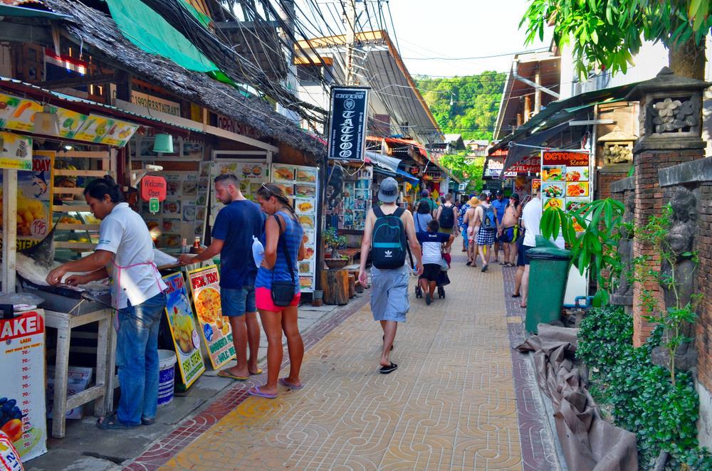 Sau khi check-in khách sạn và cất đồ, công cuộc khám phá Koh Phi Phi của bạn sẽ chính thức bắt đầu. Để tham quan các đảo nhỏ hoặc vịnh, du khách cần di chuyển bằng tàu. Xung quanh đảo chính có rất nhiều đại lý bán vé tour tham quan với giá dao động từ 300.000 đồng/người cho đoàn 10-15 khách. Bên cạnh đó, bạn cũng có thể chọn thuê tàu riêng nhưng giá sẽ đắt hơn (khoảng 1,2 triệu đồng/người cho 3 giờ và 1,8 triệu đồng/người cho 6 giờ). Ảnh: Shutterstock.