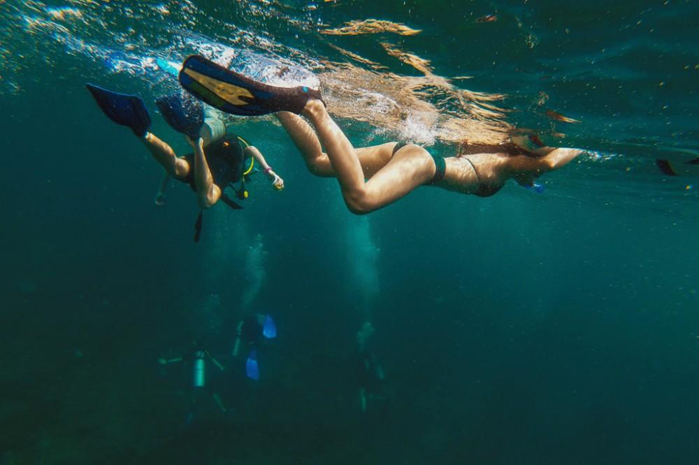Dù đi tour hay tự túc, bạn đều sẽ được trải nghiệm lặn biển ở các chặng khác nhau. Hai hình thức phổ biến nhất là snorkeling (lặn ống thở) và diving (lặn sâu bằng bình dưỡng khí). Với snorkeling, du khách vẫn sẽ nổi trên mặt nước, thở bằng miệng qua ống thở và được ngắm nhìn đại dương phía dưới qua một chiếc kính riêng. Diving phức tạp hơn bởi bạn sẽ cần trang bị đồ lặn chuyên nghiệp kèm bình oxy để có thể lặn sâu hơn. Ảnh: Nhà có hai người.
