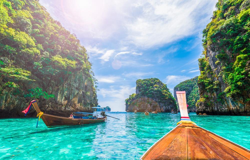 Các vịnh xung quanh Koh Phi Phi như Pileh hay Loh Samah cũng đều là những tọa độ bạn nên dành thời gian để thăm thú, chụp hình. Dòng nước xanh trong cùng hệ sinh thái biển tuyệt sắc khiến nhiều du khách đến đây như bị hớp hồn. Ảnh: Shutterstock.