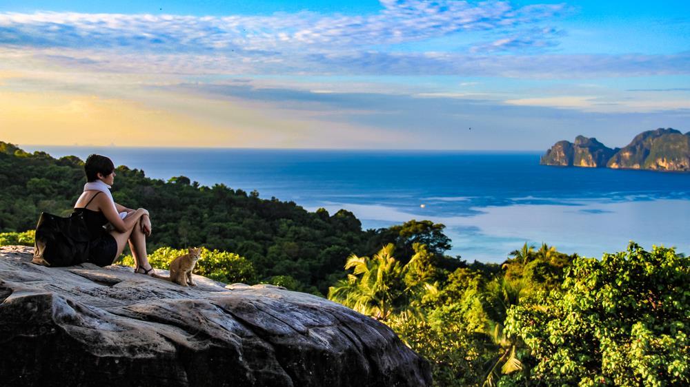 Không nơi nào có vị trí quan sát toàn cảnh Koh Phi Phi đẹp hơn Viewpoint. Giá vé tham quan chỉ khoảng 25.000 đồng/người. Đường đi tới đây được trải nhựa nên di chuyển rất dễ dàng. Nếu sung sức, bạn sẽ mất tầm 20 phút để lên tới đỉnh. Các trang web địa phương khuyên du khách nên mang sẵn nước, đề phòng khát dọc đường. Sau khi lên tới đỉnh, bạn sẽ được chiêm ngưỡng toàn cảnh đảo ngọc Phi Phi từ độ cao 186 m. Thời gian hợp lý nhất để chụp một bức ảnh đẹp tại Viewpoint là trước 10h. Ảnh: Shutterstock.
