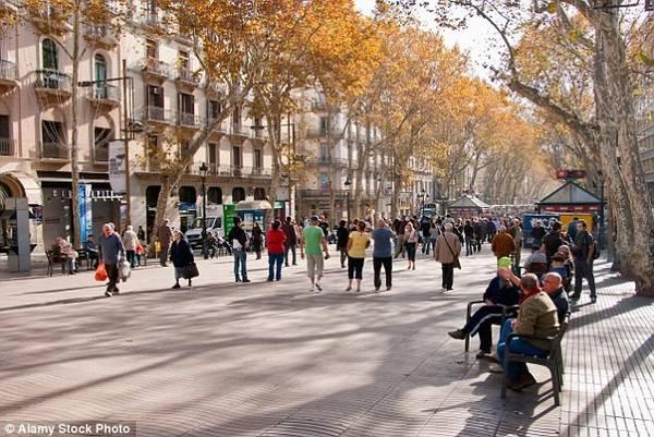 1. Barcelona: Với kiến trúc Catalan ấn tượng và bờ biển tuyệt đẹp, Barcelona là một trong những điểm du lịch nổi tiếng nhất châu Âu.