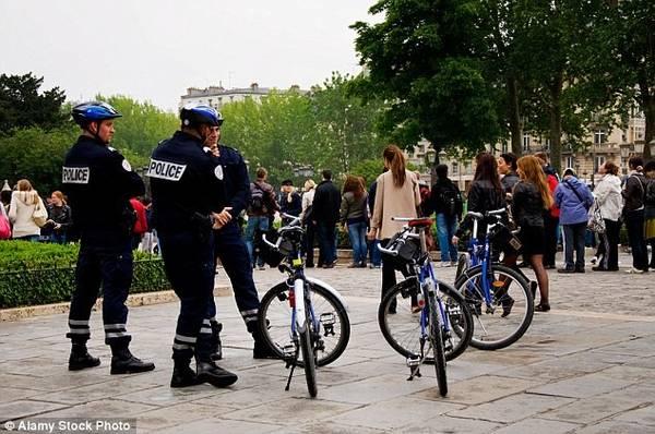 2. Paris (Pháp): Đây là một trong những thành phố nhiều khách du lịch nhất. Năm ngoái, tháp Eiffel đã phải đóng cửa một ngày sau khi nhân viên biểu tình đòi trợ giúp trong việc giải quyết nạn trộm cắp xung quanh danh thắng này. Bảo tàng nổi tiếng thế giới Louvre cũng phải đóng cửa năm 2013 do biểu tình liên quan đến nạn trộm cắp nhắm tới du khách và nhân viên bảo tàng. Năm ngoái, cảnh sát Pháp đã mở cuộc truy quét trộm cắp quy mô lớn.