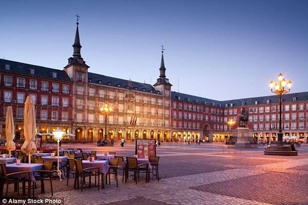 3. Madrid (Tây ban Nha): Thành phố Madrid là quê hương của băng trộm khét tiếng mang tên Bosnian clan. Nhóm gồm 4 nữ tặc, từng móc túi hàng nghìn du khách và những người đi tàu điện ngầm ở Barcelona trước khi chuyển địa bàn hoạt động sang Madrid. Năm 2013, băng nhóm này bị cấm cửa ở tất cả các mạng lưới tàu điện ngầm tại Madrid, khiến nạn móc túi ở đây giảm 40%. Các khu vực như tàu điện ngầm, Plaza Mayor và quảng trường Cibeles là địa bàn chính của trộm cắp.