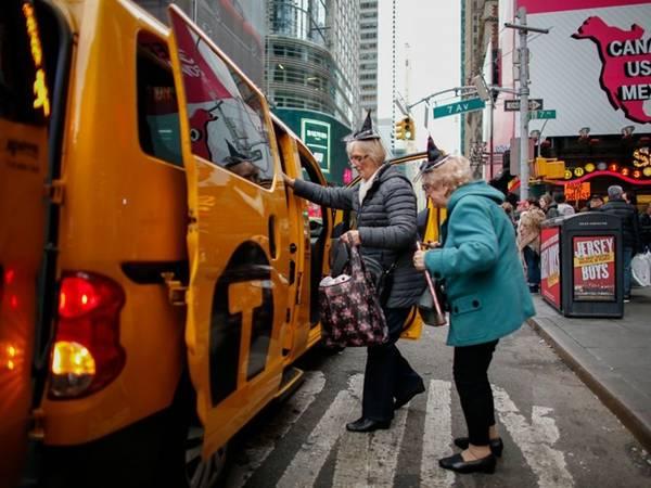 6. Đi taxi: Cách tốt nhất để khám phá một thành phố là đi bộ hoặc các phương tiện giao thông công cộng. Đừng chọn dịch vụ cho thuê xe giá rẻ ở nước ngoài, vì chênh lệch giá xăng dầu có thể khiến bạn phải tiêu tốn khá nhiều. Đi taxi cũng là lựa chọn đắt đỏ. Hãy tiết kiệm tiềncho những việc khẩn cấp, như thuê taxi ra sân bay vì không còn nhiều thời gian. Nếu sử dụng các phương tiện giao thông công cộng, hãy chọn cách thanh toán tối ưu, vì nhiều thành phố có loại thẻ giảm giá thông minh. Ảnh: Kena Betancur/Getty.