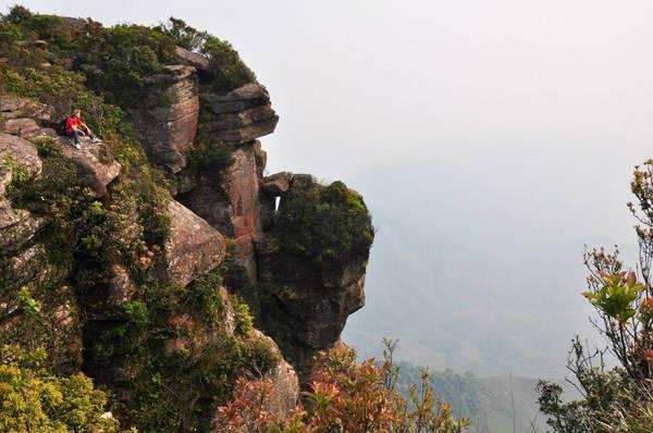 Từ đỉnh Pha Luông, bạn có thể nhìn sang nước bạn Lào - Ảnh: Kai LE