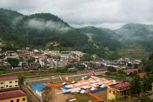 Thị trấn Mù Cang Chải giữa màn sương vào buổi sáng sớm. Ảnh: Minh Đức.