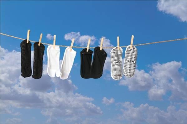 """Lý do? """"Ai muốn nhìn đôi tất trắng của bạn đung đưa trong gió giữa chuyến đi dạo cuối tuần chứ?"""", tạp chí online Newly Swissed giải thích. Ảnh: Shashionline."""