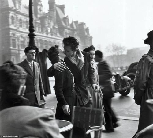Năm 1910, chính phủ Pháp ban hành luật cấm hôn ở sân ga để hạn chế tình trạng làm trễ giờ tàu chạy. Nhưng bạn cũng không nên quá lo. Hiện nay, đạo luật giết chết sự lãng mạn vẫn không bị bãi bỏ, nhưng chỉ tồn tại trên văn bản. Ảnh: Robert Doisneau.