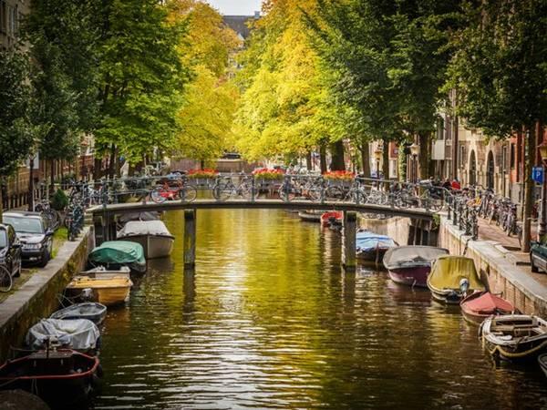 """<strong>4. """"Giải quyết nỗi buồn"""" trên kênh/sông Hà Lan: </strong>Bạn không thể tìm thấy nhà vệ sinh công cộng, hoặc không có đủ tiền để trả phí sau khi trót uống quá nhiều nước? Bạn cũng tuyệt đối không được đi bậy trên sông, kênh đào, vì sẽ bị phạt tiền nếu bị bắt quả tang. Nhưng phụ nữ có thai """"bí quá hóa liều"""" sẽ được tha bổng. Ảnh: Huffingtonpost."""