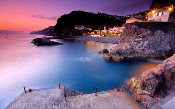 """<strong>5. Bồ Đào Nha: </strong>Ở đây, """"giải quyết nỗi buồn"""" vào biển bị xếp vào hành vi trái pháp luật. Tuy nhiên, theo nhiều blog chuyên về du lịch chia sẻ, họ không chắc nhà chức trách bắt lỗi này bằng cách nào, theo Huffington Post. Ảnh: Investportugal."""