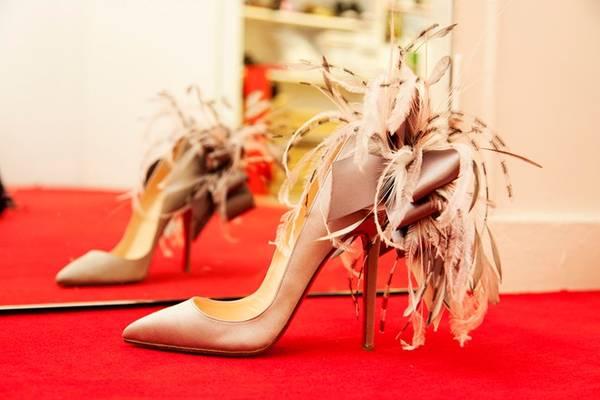 <strong>7. Giày cao gót ở khu di tích Hy Lạp: </strong>Các quý cô có lẽ cần để đôi giày Louboutin sang chảnh cao 15 cm ở nhà. Ảnh: Theselby.