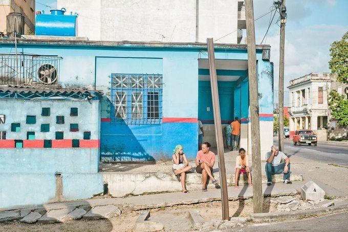 Khi bóng hoàng hôn tràn xuống, thời tiết bớt nóng, người dân thủ đô ra đường trò chuyện. Những bức ảnh mà Helene chụp lại trông như một cảnh trong phim của Wes Anderson.