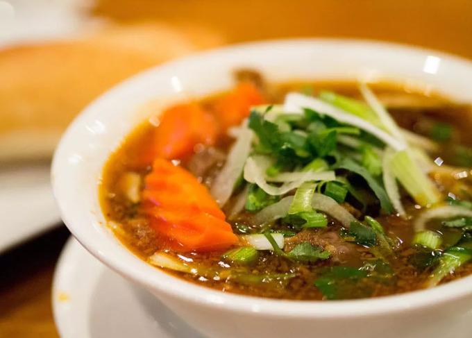 Sidestreet Pho & Grill luôn đông khách vào cuối tuần, chuyên bán các món ăn đường phố của Việt Nam. Đến đây, thực khách được tùy ý chọn các loại thịt và nước phở để kết hợp với nhau nên đôi khi có những món phở hiếm thấy như phở thịt heo BBQ, phở hải sản...