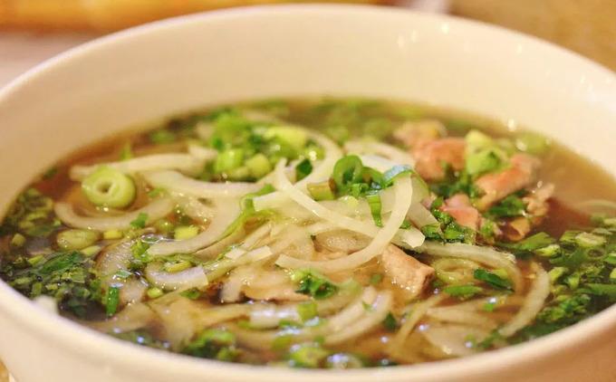 Nước dùng của Pho Kinh Do (Phở Kinh Đô) không chỉ được hầm từ xương mà còn sử dụng vài loại hải sản nên vị khá lạ đối với những người quen ăn phở Việt. Ở đây cũng phục vụ vài món mì khác như hủ tiếu, bún chả giò... được nhiều người ưa chuộng.