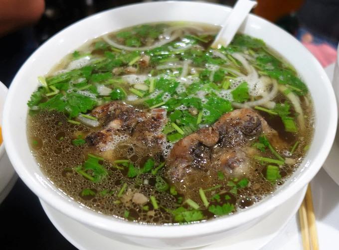 Đến Pho Bosa, chắc chắn bạn sẽ ngạc nhiên với món phở đuôi bò hun khói với nước dùng vị rất riêng mà hiếm nơi nào có. Nhiều người chia sẻ, điều này đã đem lại cho họ một trải nghiệm ẩm thực thú vị dù nó trông chẳng giống món phở Việt một chút nào.