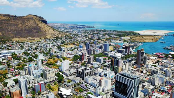 Một góc thủ đô Port Louis nhìn từ trên cao. Ngày nay, thành phố này vẫn còn lưu giữ nhiều công trình kiến trúc mang phong cách Pháp và Anh thời thuộc địa.