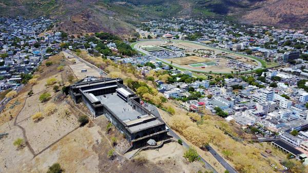 Pháo đài Adelaide nằm trên đồi Petite Montagne.
