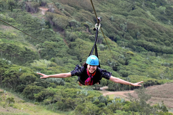 Du khách chơi zipline trên chặng đường dài 1,5 km.