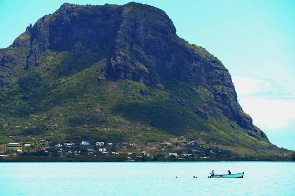 Điểm du thuyền dừng lại cho khách bơi, tắm và ăn trưa trên khoang.
