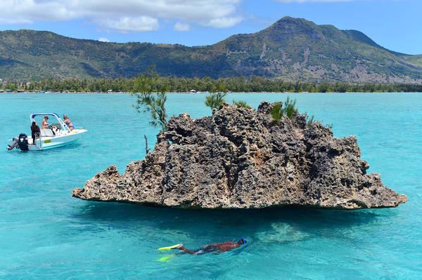 Khối đá san hô khổng lồ giữa Ấn Độ Dương là nơi nhiều du khách được đưa đến tận nơi ngắm.