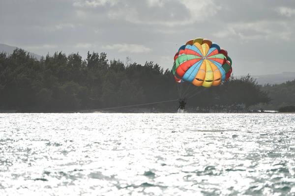 """Trước khi hạ cánh, du khách được thả """"rơi tự do"""" xuống sát mặt biển để tận hưởng cảm giác mạnh"""
