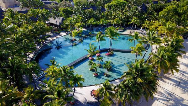 Bể bơi sát bờ biển thuộc một trong những resort đẳng cấp ở Mauritius.