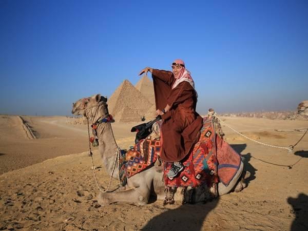 Cưỡi lạc đà ở Giza - Ảnh: Thiết Nguyễn