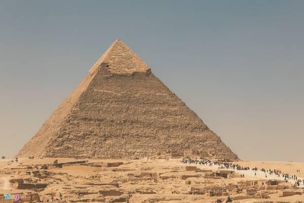 Kheops là đại kim tự tháp, lớn nhất Ai Cập. Qua thời gian nó từng bị tàn phá và hư hỏng, bề mặt và kích thước thay đổi một phần. Kim tự tháp này được làm từ hơn 2,3 triệu khối đá, mỗi khối nặng từ 2 tới 30 tấn, một số nặng hơn 50 tấn. Chiều cao của tháp hiện nay 138,75 m, chiều dài cạnh là 230 m.
