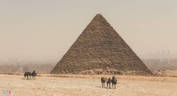 Nằm trong cùng quần thể 3 kim tự tháp còn có kim tự tháp của Pharaoh Menkaure vương triều thứ 4 và của Pharaoh Khafre. Cả 3 kim tự tháp nằm thẳng hàng với ba ngôi sao tạo nên chòm sao Thắt lưng của Orion.