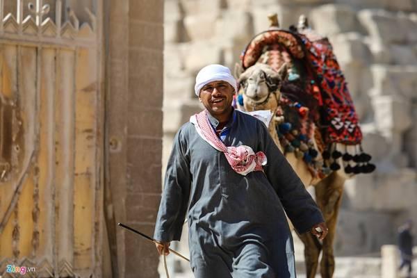 Anh Farouk Elkassass cho biết một ngày có thể kiếm được khoảng 50 USD cho dịch vụ cưỡi lạc đà, giúp gia đình anh đủ sống.