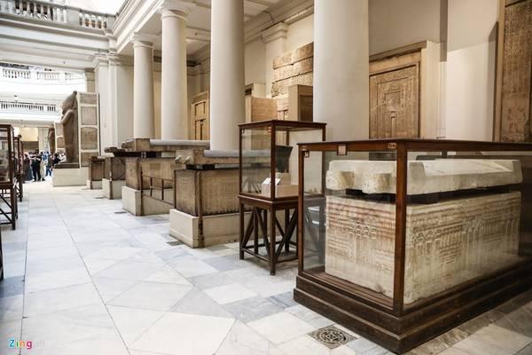 Bảo tàng còn trưng bày nhiều quan tài cổ, xác ướp các vị pharaoh. Nhưng khu vực đó khách không được phép chụp ảnh, quay hình.