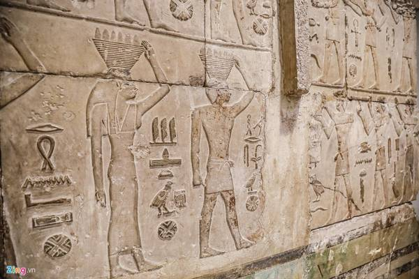 Những hình tượng được khắc trên các quan tài đá, hoặc trên các bề mặt tường trong lăng mộ
