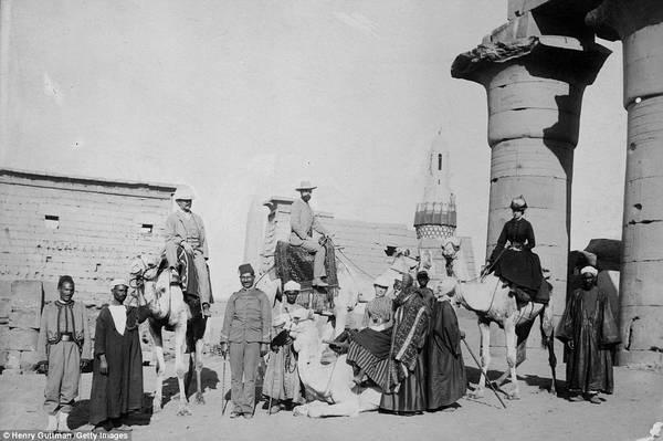 Phương tiện đi lại chính ở khu vực này khi đó là lạc đà. Thông thường các du khách sẽ cưỡi trên lưng lạc đà và được một người dân địa phương dắt đi. Ảnh chụp trước đền Karnak ở Luxor. Ảnh: Henry Guttman/Getty.