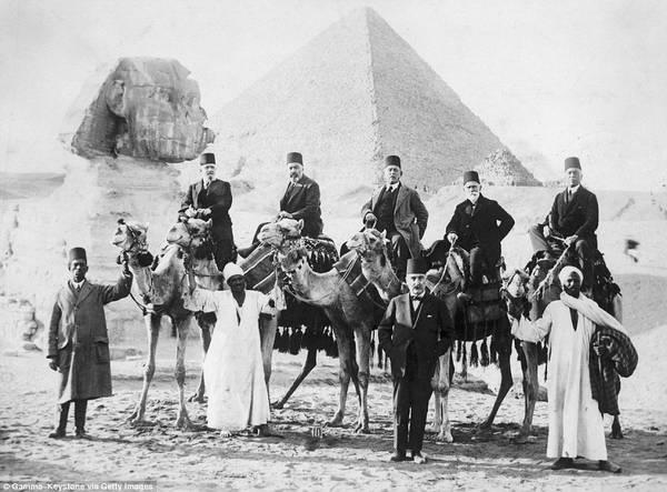 Tấm ảnh chụp Hoàng tử Abbas Halim của Ai Cập cùng các quan chức chính phủ đến thăm đại kim tự tháp Giza. Ảnh: Gamma-Keystone via Getty.