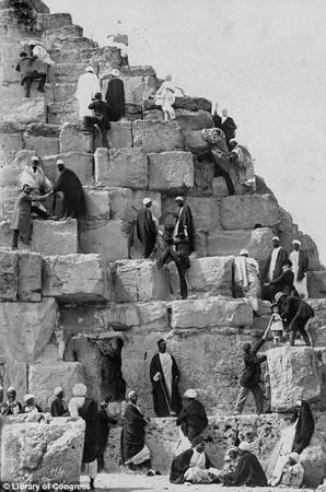 Không giống như bây giờ, việc trèo lên các bậc đá của kim tự tháp bị nghiêm cấm, du khách chỉ có thể đứng phía dưới, từ xa chiêm ngưỡng công trình vĩ đại này. Tấm ảnh chụp năm 1867 cho thấy ngay cả một đứa trẻ cũng được phép leo lên phiá trên. Ảnh: Library of Congress.