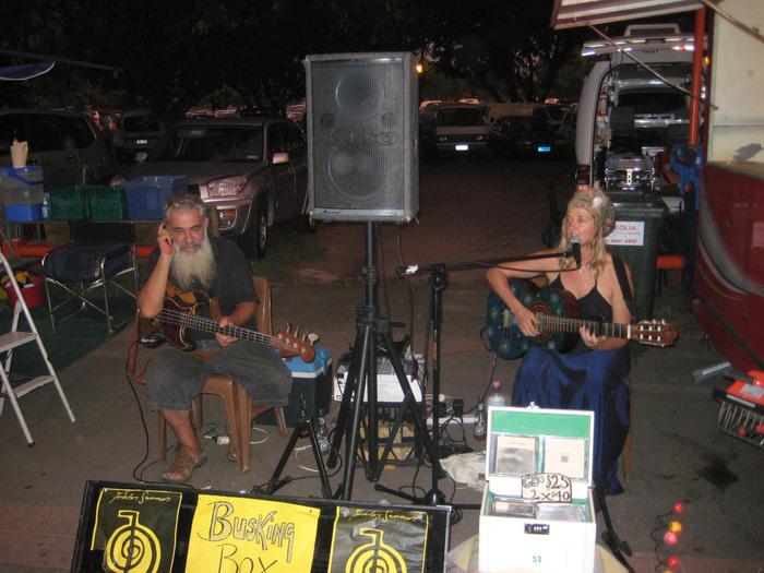 Những nghệ sĩ đường phố đang biểu diễn trong khu chợ Mindil Beach Sunset