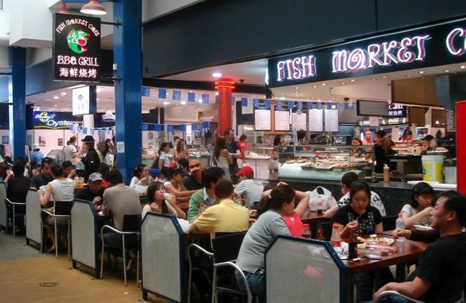 Chợ mở cửa từ 7h sáng đến tầm 4h chiều là đóng cửa, còn buổi trưa là lúc nhộn nhịp nhất. Từng set sashimi chế biến sẵn, phục vụ nhanh gọn lẹ làm hài lòng người mua.