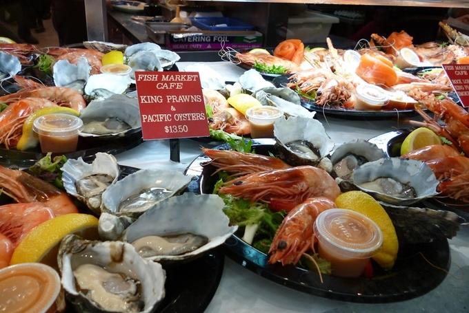 Du khách có thể dùng bữa tại khu ăn uống tách biệt với các quầy bán đồ tươi sống, khá sạch sẽ và vệ sinh.
