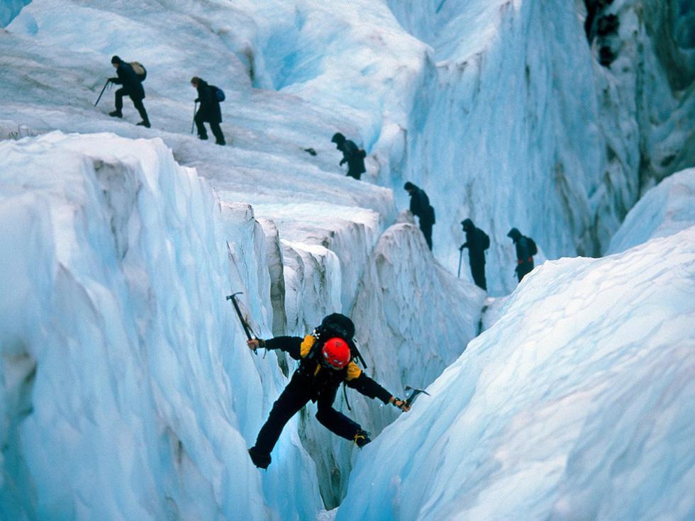 Các nhà leo núi đang băng qua khe nứt trên sông băng Franz Josef ở đảo Nam. Dòng sông có 2.500 m đổ thẳng xuống khu rừng ở công viên quốc gia Westlands - Ảnh: David Mclain