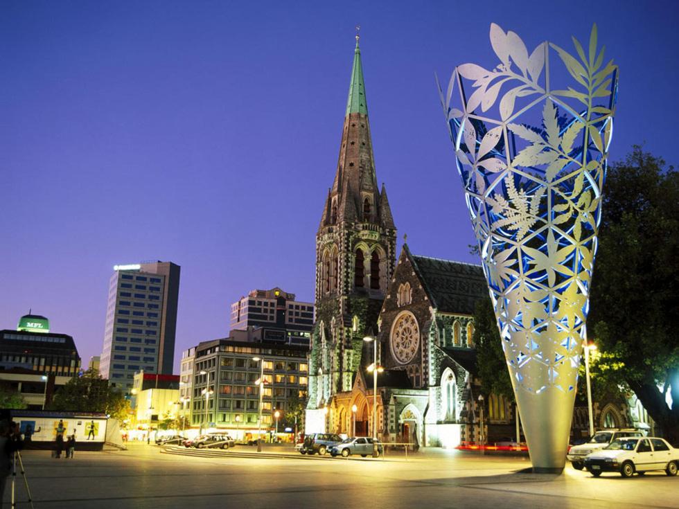 Nét cổ kinh pha lẫn vẻ hiện đại tại Cathedral Square, trung tâm Christchurch, nơi vừa xảy ra một trong những vụ xả súng đẫm máu nhất lịch sử New Zealand. Christchurch từ lâu đã được mệnh danh là thành phố mang đậm phong cách Anh nhất bên ngoài nước Anh - Ảnh: Jose Fuste Raga