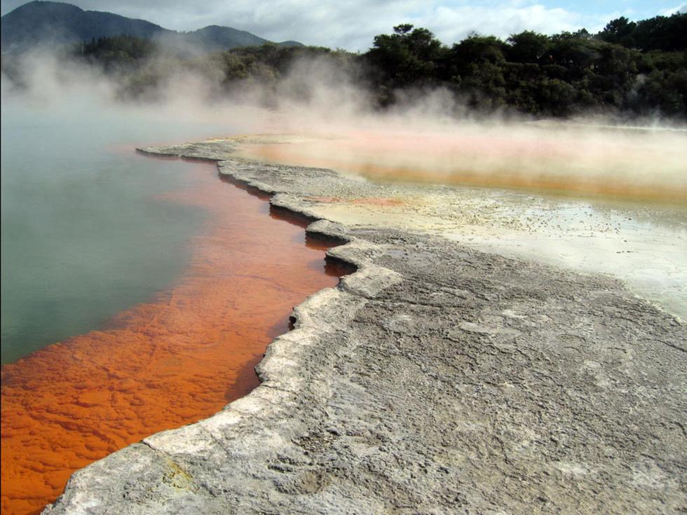 Vùng nước chứa lưu huỳnh bốc hơi nghi ngút, những mạch nước ngầm phun, những bể bùn sôi sục đã thu hút du khách đến Rotorua hơn một thế kỷ qua. Người Maori ở đây từng dùng nước này để chữa lành những vết thương sau những cuộc săn bắn - Ảnh: Rachel Gordon
