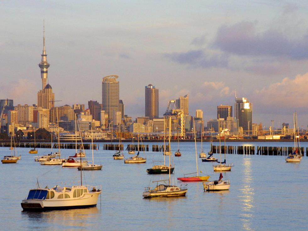 Bình minh đang lên bên bến cảng tại thành phố Auckland. Nằm ở đảo bắc, đây là thành phố lớn nhất New Zealand - Ảnh: Dean Treml