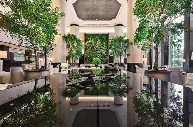 Đẳng cấp của những khách sạn có thể là nơi Trump - Kim gặp mặt Một nguồn tin ngoại giao của SCMP tiết lộ Cơ quan Mật vụ Mỹ (USSS) sẽ tận dụng sự kiện Đối thoại Shangri-La từ 1 đến 3/6 tới để làm quen với khách sạn này.  Khách sạn này đã bán hết nhiều phòng loại Suite hay Deluxe từ 10 đến 13/6, trong khi những loại phòng khác chỉ còn từ 2 đến 5 phòng trống vào khoảng thời gian trên