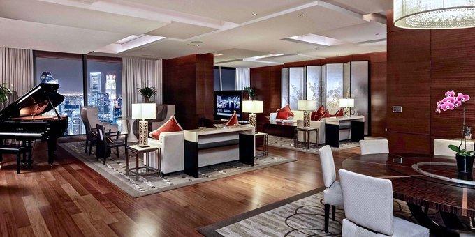 Khách sạn có hạng phòng cao cấp nhất là Chairman Suite (Phòng Chủ tịch) với tổng diện tích 629 m2. Căn suite có 4 phòng ngủ, 3 ban công có nội thất, 2 phòng khách, bếp nấu, phòng đa phương tiện có thể phục vụ hát karaoke, phòng gym riêng biệt, phòng massage... Đội ngũ quản gia phục vụ 24/24. Ảnh: MBS.