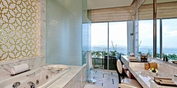 Tất cả phòng ngủ của căn suite này đều có phòng tắm riêng với vòi sen và bể sục, và một ban công riêng. Ảnh: MBS.