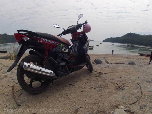 Khám phá đảo Cát Bà bằng xe máy là một trải nghiệm vô cùng thú vị. Ảnh: Brendansadventures