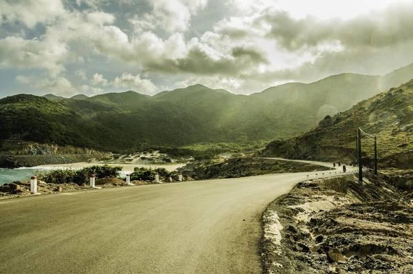 Con đường đèo dốc uốn lượn dọc bãi biển Bình Tiên. Ảnh: Mai Huu Hanh