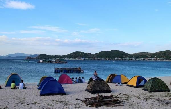 Cắm trại qua đêm ngay trên bãi biển là một trải nghiệm vô cùng thú vị – Ảnh: phuot