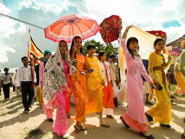 Trong thời gian diễn ra lễ hội Kate, những thiếu nữ Chăm sẽ diện những bộ áo dài truyền thống, bẽn lẽn, e lệ bước chậm rãi trong chuyến hành hương về tháp cổ của dân tộc. Ảnh: Văn Trãi